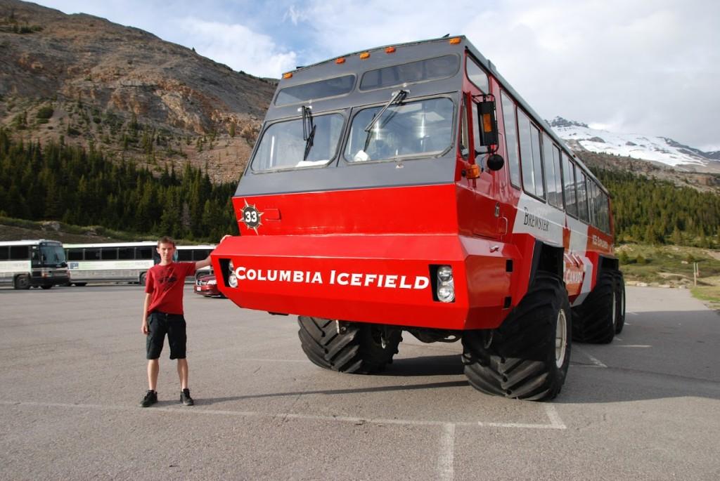 Columbia Icefield, autobus má náhon na všech šest kol a díky tomu dokáže jezdit po ledovci.