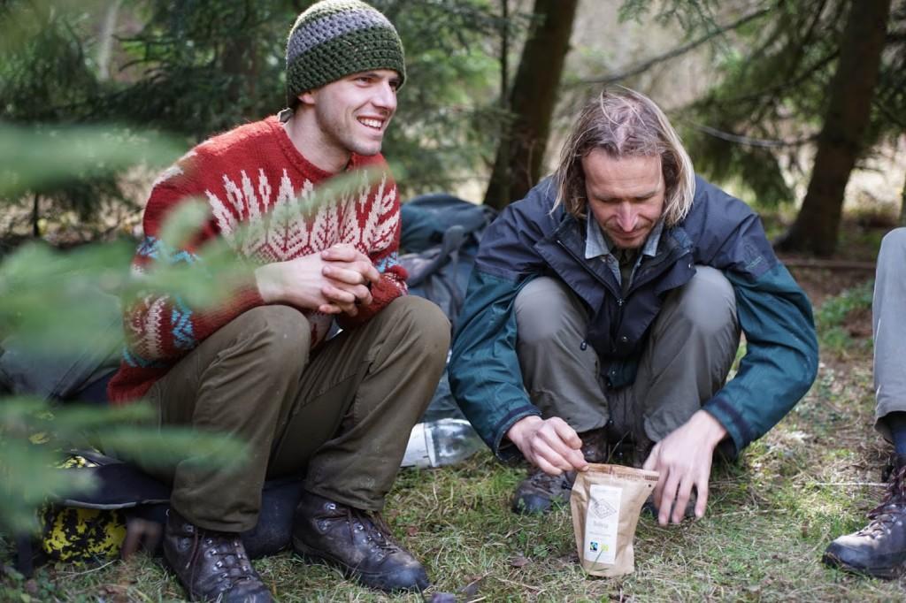 Kolouch s Balšou při přípravě igelitové kávy